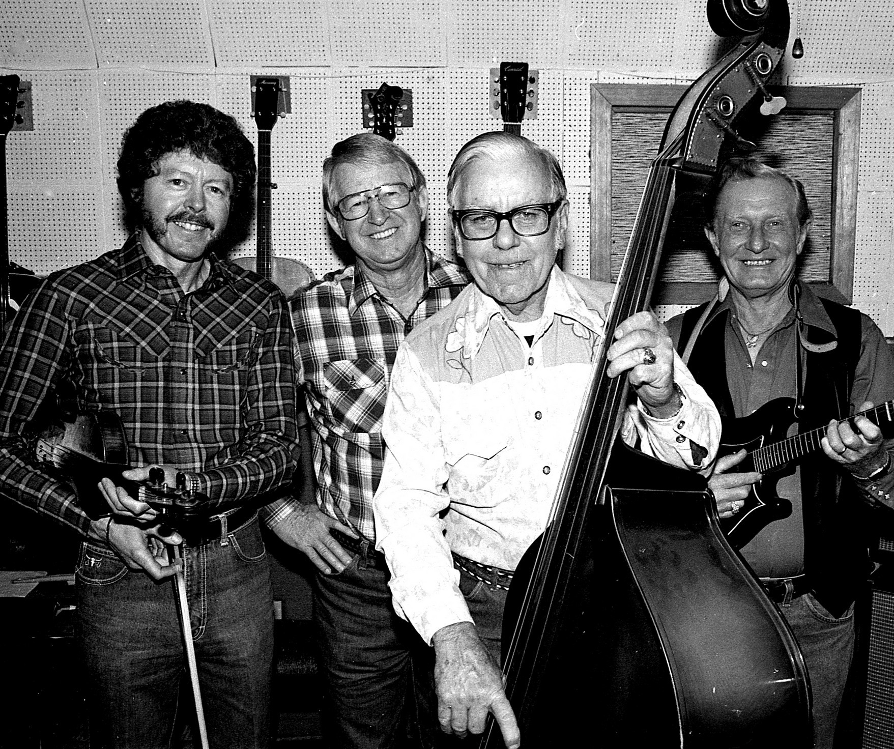Kenneth Lovelace, Roy Cooper, Dexter Johnson og Keevel Hendon på Johnson' s home studio, c. 1976. (Foto venligst udlånt af Pik Cooper.)